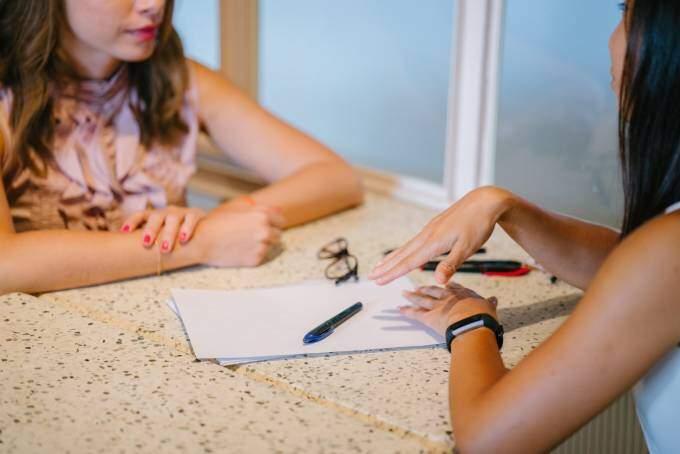 HR-konsult från KFX rekryteringsbolag pratar med en kandidat