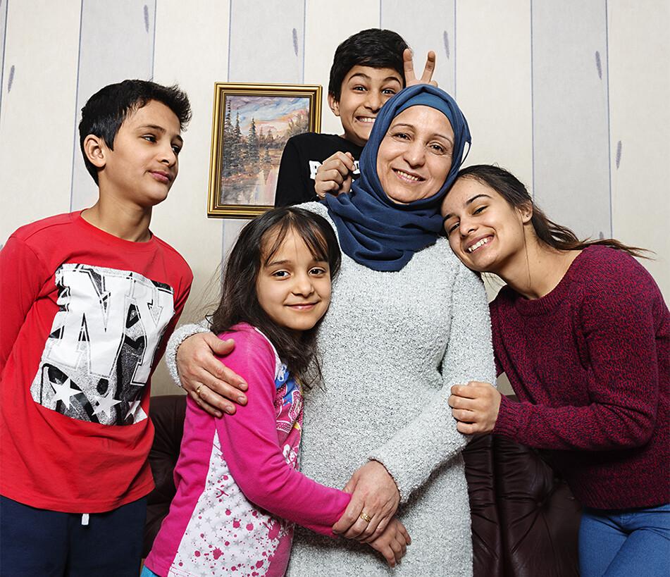 Familjen Hussein: Sipan13, Robin 8, Redar 11, mamma Ramzijah, och Zozan 19. Som 15-åring kom hon ensam till Sverige efter att ha flytt från Syrien via Grekland. Två år senare kom mamman och syskonen. Att få återförenas har betytt allt för 19-åriga Zozan Hussein och hennes familj. Reportage i Röda Korsets tidning Henry 2/2017.
