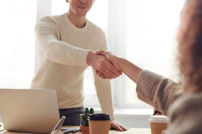 HR-konsult från KFX bemanningsföretag skakar hand med en kandidat