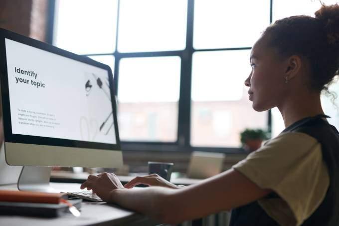 En dam som använder datorn | KFX