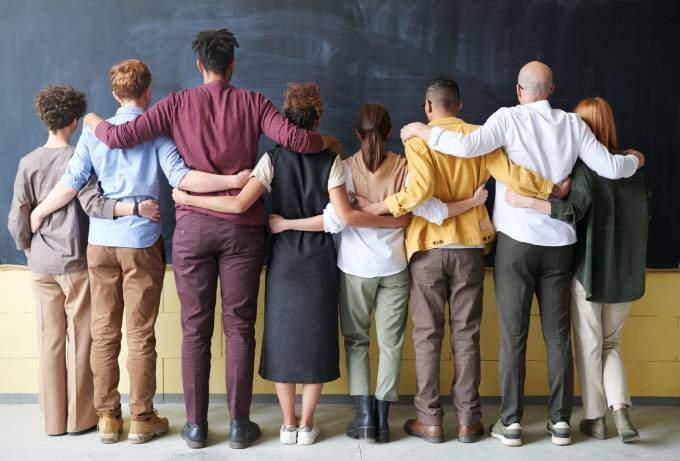 Studenter som står tillsammans | KFX