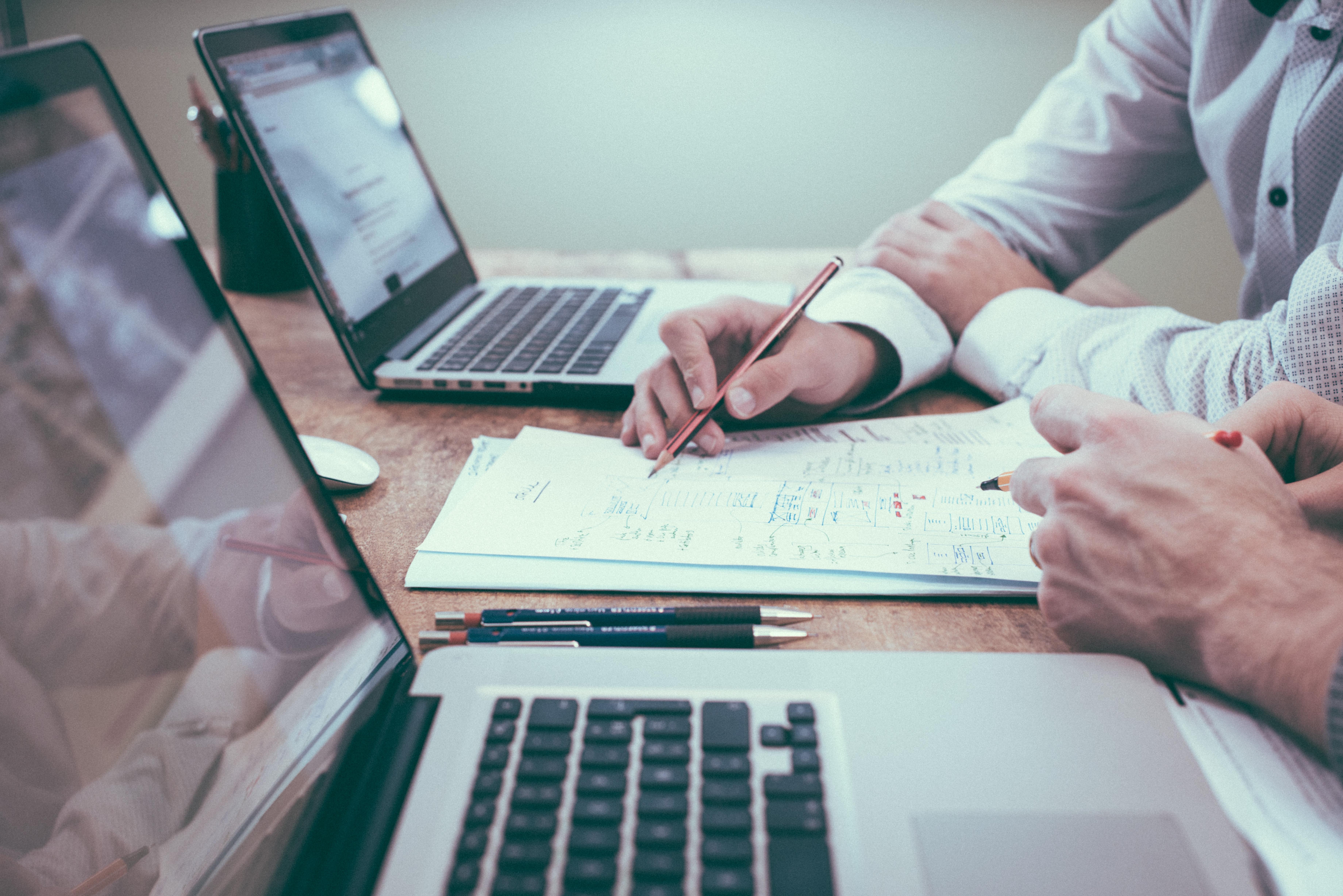 Två HR-specialister från KFX arbetar med personalfrågor