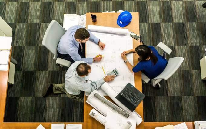 Två managementkonsulter från KFX ger råd till en anställd