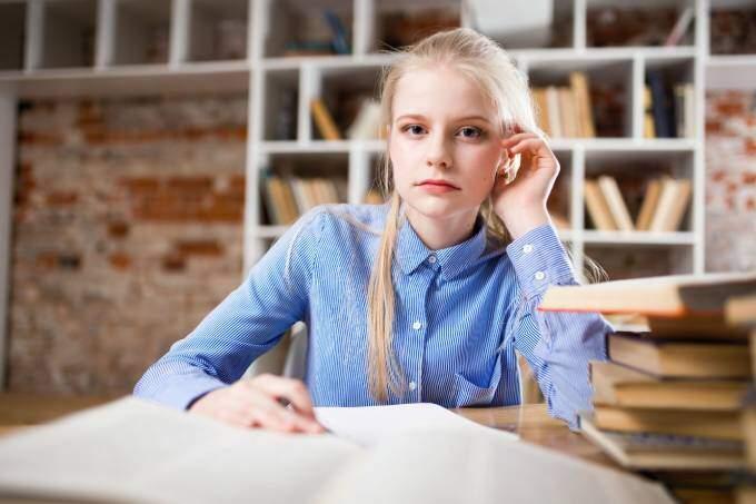 En flickastudent som arbetar på ett deltidsjobb | KFX